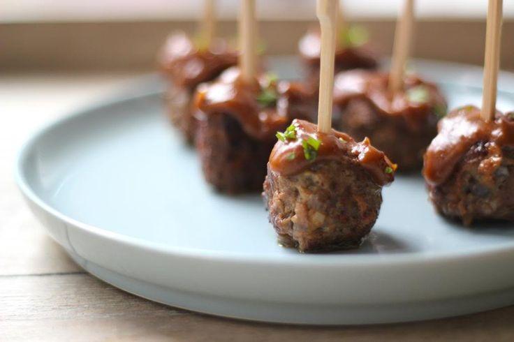 Heerlijke zelfgemaakte gehaktballetjes met satesaus. Lekker, simpel en snel te bereiden, ook een paar uur van te voren.