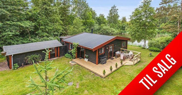 Sommerhus på 54 kvm.i Gadstrup til salg hos RobinHus.  Super lækker beliggenhed direkte ned til egen lille sø!  Sp... Klik for fotos af boligen.