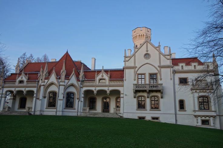 Pałac w Jaśle - Gorajowicach wzniesiony w I połowie XIX wieku dla rodziny Sroczyńskich. Obecnie mieści się w nim Medyczna Szkoła Policealna im. Rudolfa Weigla.