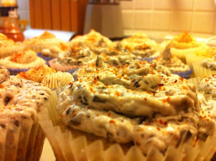 Cupcakes carciofi i e capperi con crema di acciughe e crema di olive