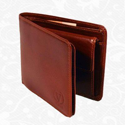 Praktická kožená peňaženka vyrobená z prírodnej kože. Kvalitné spracovanie a talianska koža. Ideálna veľkosť do vrecka a značková kvalita pre náročných. Overená kvalita pravej kože. Peňaženka sa vyznačuje vysokou kvalitou použitých materiálov a ich precíznym spracovaním.  http://www.kozeny.sk/produkt/elegantna-kozena-penazenka-c-7992