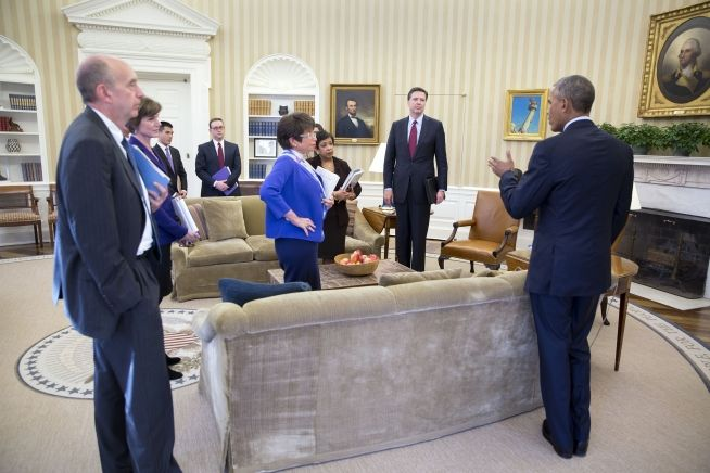 President Barack Obama speaks with the attendees following a meeting in the Oval Office on the executive actions he can take to curb gun violence, Jan. 4, 2016.