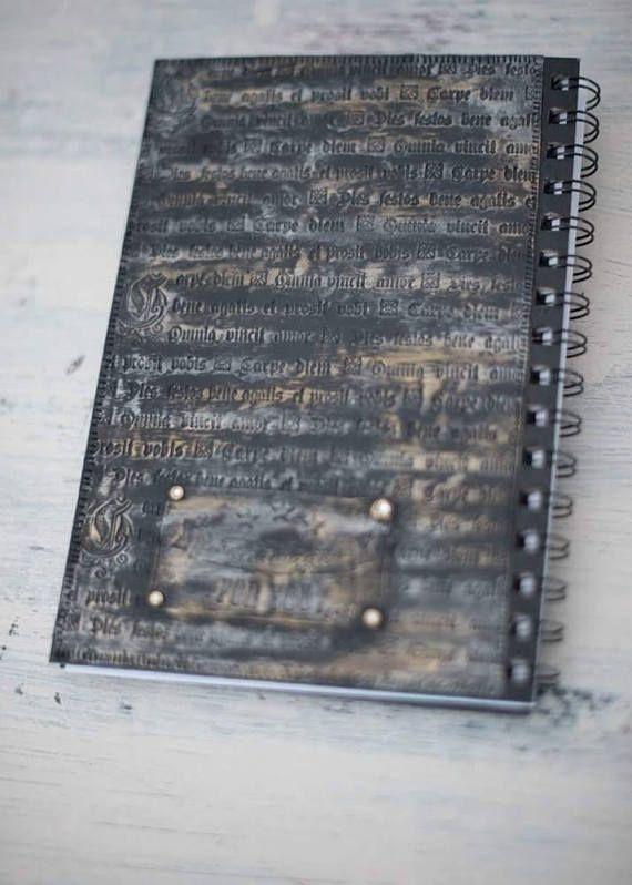Eine Eule mit magischen grünen Augen und keltischen Symbolen auf dein Tagebuch! Diese Symbole Bedeutung, Kraft und den Glauben. Beide sind heutzutage sehr wichtig. Größe ist ca. 15 x 22 cm (5,9 x 8, 6). Material: Fimo, Swarovski-Kristallen, Metallelemente, Acrylfarbe, feine Goldfarbe