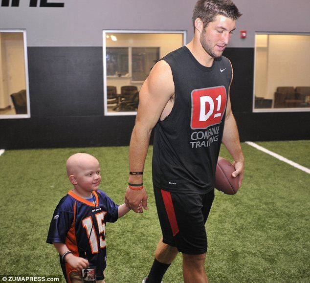Tim Tebow takes time out of his schedule to meet and pass a football around with 4-year-old Preston Winslow, who has leukemia. He is so awesome <3