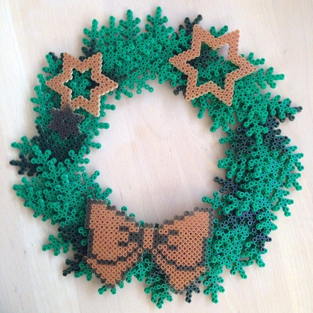 Christmas hama perler wreath by bittean - Pattern (wreath): http://www.pinterest.com/pin/374291419002724088/