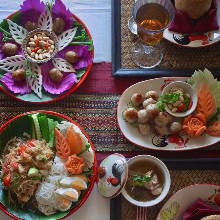 9月の上級タイ料理教室は今日からスタートしました❤️今月のテーマはイサーン料理です手作りのイサーンソーセージ〜「サイグロックイサーン」、プラーラー入りのパパイヤサラダ〜「ソムタムプラーラー」、そしてイサーン名物スープの「トムセープ」を作りますイサーン料理の刺激の辛さと酸味が本当にくせになりますね . . #タイ料理 #タイ料理教室 #タイ料理レッスン #タイ料理大好き #イサーン料理 #アジアン料理 #エスニック料理 #手作りソーセージ  #クッキング #料理教室 #美味しい #テーブルコーディネート #フードスタイリング #フードコーディネーター #パパイヤサラダ #おもてなし料理 #夕食 #パーティ料理 #おうちごはん #sirikitchen #thaifood #cookingschool #papayasalad #isaanfood  #จัดจาน #อาหารไทย