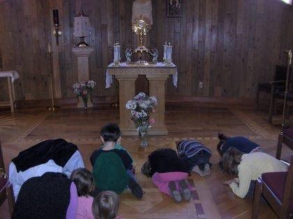 """Ahora para la solemnidad de """" Corpus Christi """" o """" Cuerpo y Sangre de Cristo """", haz una visitaal Santísimo Sacramento con tus hijos . No ..."""