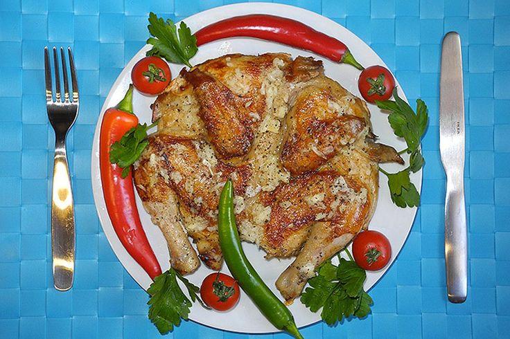 Сливочное масло, черный перец, чеснок и поджаристая корочка – это и есть цыпленок тапака.