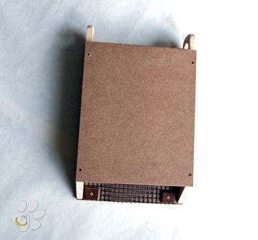 La bat box è una stretta scatola con un'apertura superiore che serve per la pulizia(si consiglia di farlo molto di rado e quando si è sicuri che il nido sia disabitato) e un'apertura inferiore che serve ai pipistrelli come entrata. La bat box è rivestita internamente con rete plastificata che serve come appiglio ai pipistrelli. E' perfetta per insegnare ai bambini la bellezza della natura e l'importanza della libertà e può essere utile anche per eliminare la paura del buio.