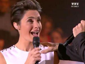 VIDEO Miss France 2016: Miss Roussillon chute en direct - Voici