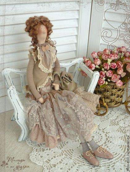 Купить или заказать Кукла в стиле Бохо: Роза-Мирра ( Бохо Шик) в интернет-магазине на Ярмарке Мастеров. Кукла в стиле Бохо, красавица в великолепном наряде Роза-Мирра. Резерв. Шикарная юбка со множеством оборок, кружева и шитья, безрукавка, так же украшенная хлопковым кружевом, тонкая трикотажная водолазочка. И шикарный рюкзак, сшитый из кожи и замши. ------------------------------- Материалы: трикотаж, кружева, хлопок, шитье, кожа и замша нат. Рост: 47 см Уход: сухая чистка…