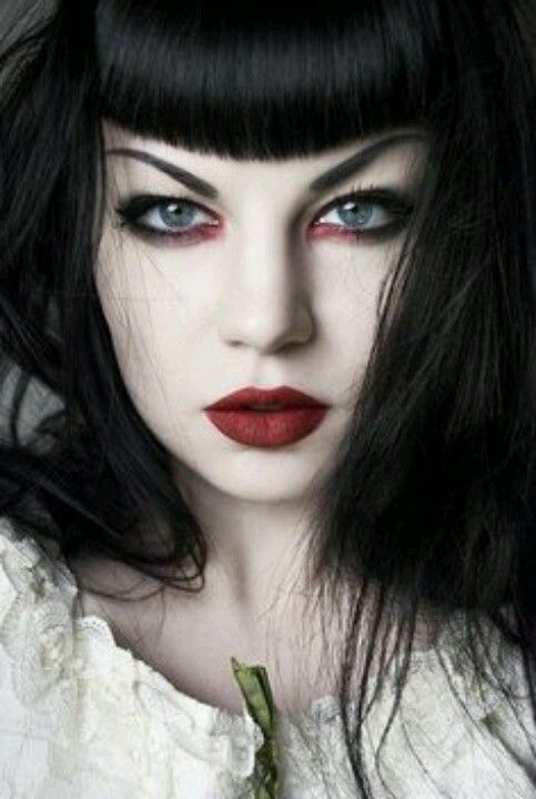 Oh Lord. Her eyes makeup. I'm in love. :O
