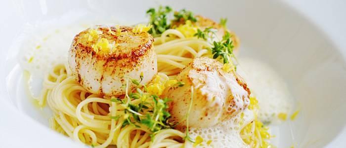Spaghettini med halstrade pilgrimsmusslor och skummig blomkålssås - recept från Lantmannen.se