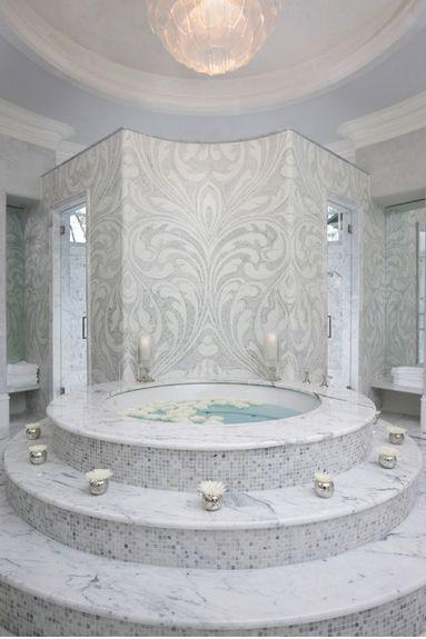 Banheiro Mediterrâneo com banheira e duchas individuais