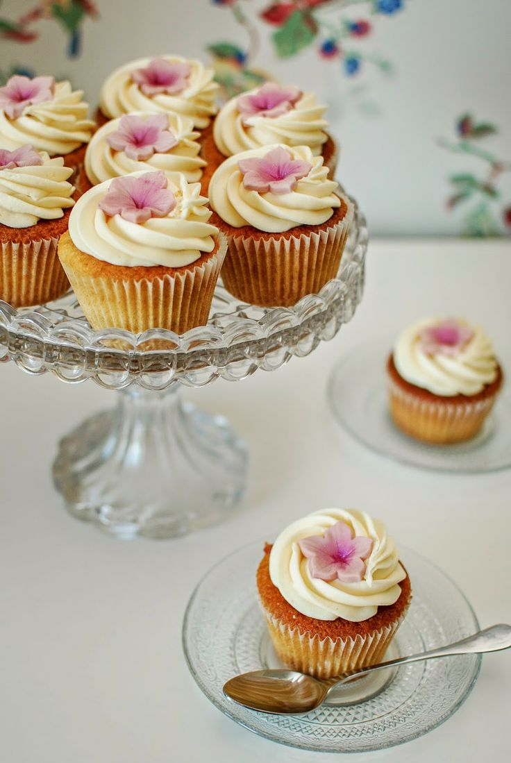 Katiecakes: Rhubarb and Custard Cupcakes