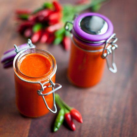 Pálivá chilli omáčka: 300 g chilli papriček, 4 stroužky česneku, 4 lžíce hnědého cukru, 1.5 lžičky soli, 80 ml octa (vinného nebo jablečného)