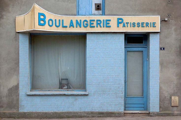In Franse steden en dorpen verdwijnen in hoog tempo de kleine winkeliers en hotels. Veel etalages van ambachtelijke slagers, bakkers en traiteurs zijn leeg en dichtgespijkerd. De komst van grote supermarkten en hotelketens en de afgelopen crisis betekenden vaak de nekslag. Hiermee verdwijnt niet alleen bepaald ambachtelijke vakmanschap dat vaak van generatie op generatie is overgedragen, maar ook de zo typisch Franse, persoonlijke vormgeving van etalages en gevels met fraaie typografie en…
