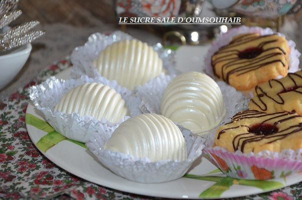 gâteaux samira au chocolat blanc gâteaux samira au chocolat blanc,je vous propose un nouveau modèle de gâteaux algériens en forme de coquillage,des boules de gâteaux faciles et rapides réalisés à partir de pâte sucrée aux amandes garnis d'une farce aux amandes et joliment décorés avec du chocolat blanc,un vrai délice!!Cette belle réalisation nous a étéRead More