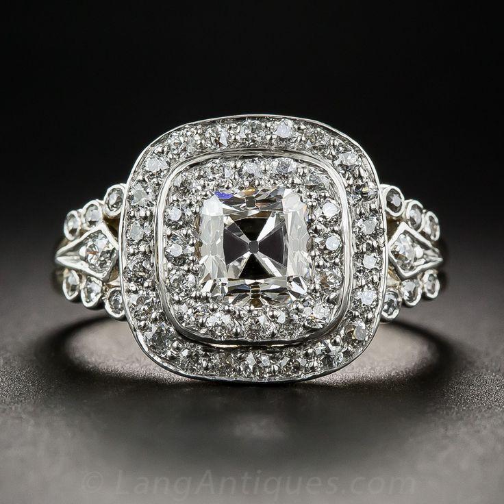 Una antigua talla cojín diamante blanco brillante y resplandeciente, con un peso de 1,10 quilates, se presenta en la magnífica gloria inspirado eduardiano en esta joya refinada y radiante, en platino sobre oro de 18 quilates fabricado a mano.