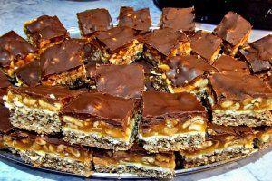 Reteta culinara Desert prajitura Snickers din categoria Prajituri. Specific Romania. Cum sa faci Desert prajitura Snickers