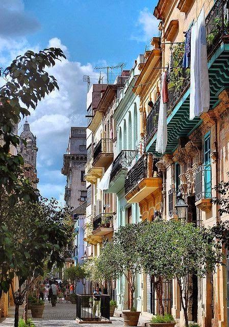 Die gute alte Stadt Havanna. Sie ist die Hauptstadt von Kuba und mit ihren schönen Stränden & ihrer Stadt ist sie immer eine Reise wert. Bei uns kannst du dir jetzt die tolle Skyline von Havanna bestellen. http://www.wadeco.de/havanna-skyline-wandtattoo.html