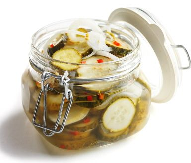 Lenas chiligurkor är läckra, delikata och inlagda gurkor med mycket smak från den ljuvliga inläggningen med smaker av chili, lök, pepparrot och dill. Chiligurkorna är goda som snacks eller som tillbehör till måltid.