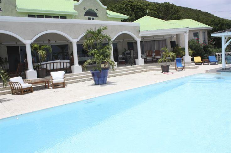 Magnifique villa d'architecte à vendre chez Capifrance à Saint-Martin.    Surplombant la Baie Orientale et à seulement 2 min des plages.   350 m², 6 pièces dont 5 chambres.    Plus d'infos > Laurence Werner, conseillère immobilière Capifrance.