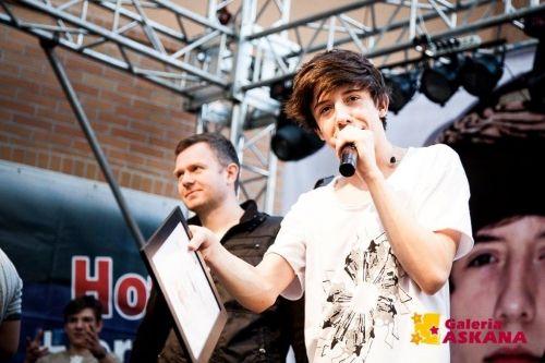 Dawid Kwiatkowski - singer and blogger in Shabatin revolver t-shirt during concert.
