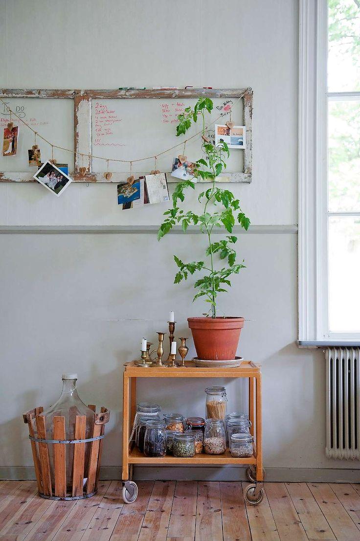 I köket på Elvåsagård står ett fint gammalt bockbord, udda pinnstolar och en rejäl kökssoffa – allt köpt på auktioner i trakten. Den vackra fasaden har fått tillbaka sin ursprungliga ljust gula färg med vita knutar och gröna snickerier. Många misstar Elvåsagård för byns prästgård.