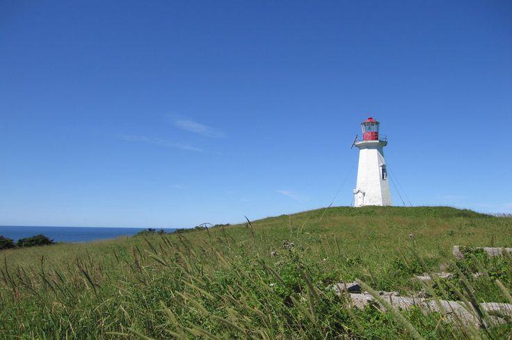 Le phare de l'Île-Brion est une installation côtière d'aide à la navigation construite en 1904 et 1905. Ce phare amorce la seconde vague de construction de phares aux Îles-de-la-Madeleine qui permet de sécuriser l'axe nord-est à sud-ouest de l'archipel. Le bâtiment est toujours fonctionnel et son site est accessible aux touristes. Photo : © Dominique Malack 2007
