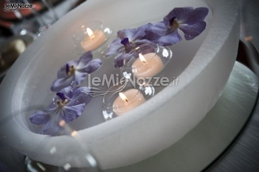 http://www.lemienozze.it/operatori-matrimonio/fiori_e_addobbi/paolo_luppi/media/foto/4  Candele e fiorellini viola per l'addobbo del matrimonio