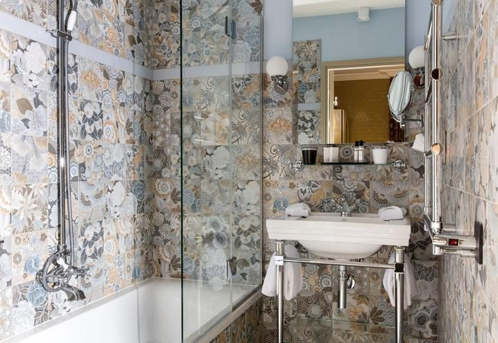 Floral tiles for this bathroom in the hotel Monsieur in Paris / Piastrelle floreali per questo bagno dell'hotel Monsieur a Parigi