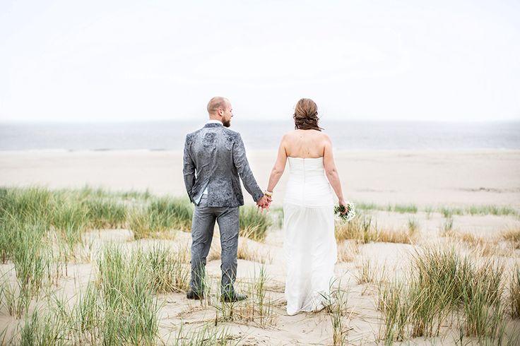 Fotoshoot op het strand, bruidsfotografie Texel #bruidsfotograaf #bruidsfotografie Dario Endara