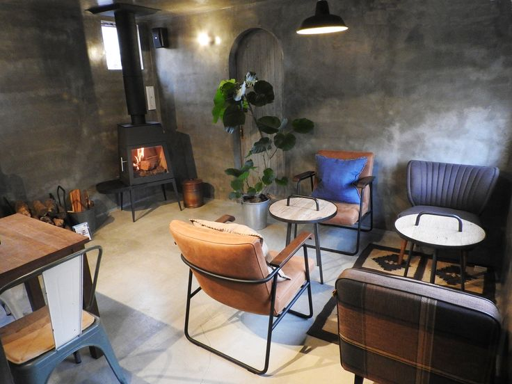 弊社姉妹店ナチュラルウォールUOVOのカフェスペース。奥に見える薪ストーブはドイツ・スキャンサーム社の「シェイカー」です。  #shaker #skantherm #Germany #woodstove #naturalwalluovo #ideas #design #interior #cafe #coffee