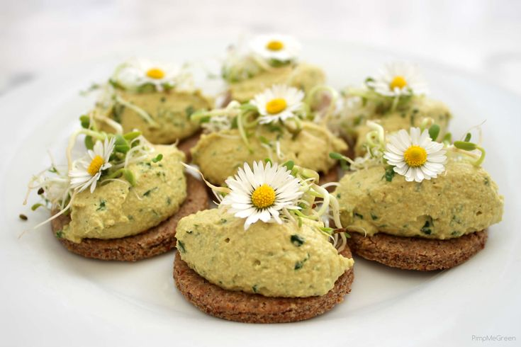 crackers amande sarrasin, tartinade épicée et graines germées