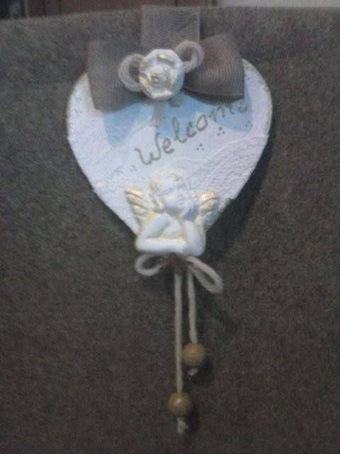 cuore in legno shabby bianco con gessetto alla cannella, fiocco in rafia e rosellina in gessetto