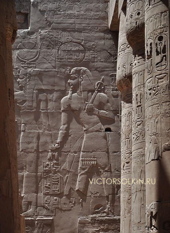 Богиня Хатхор, ведущая царя Сети I к богу Амону. Рельеф внутренней стены гипостиля храма Амона в Карнаке. 13 в. до н.э.  (с) фото - Виктор Солкин, 2013.