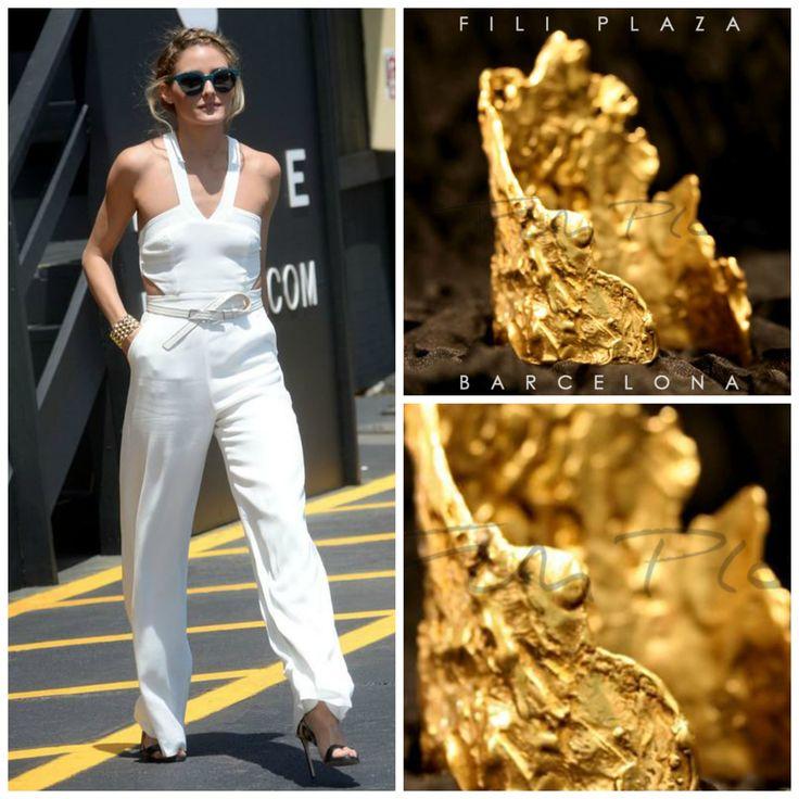 """Vuelve la #reina del #streetstyle #oliviapalermo en #jumpsuit blanco y brazalete dorado, en #Ibiza. Propuesta con nuestro brazalete de """"erosiones"""" en dorado. Ven y descubre otros brazaletes dorados para tus total #whitelooks. Buen fin de semana y felices #vacaciones!"""