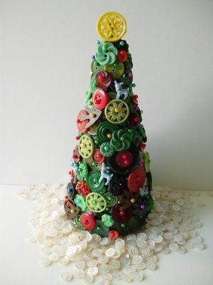 Button Tree with Button Snow: Holiday, Artsy Buttons, Button Trees, Christmas Tree Decorations, Christmas Buttons, Art Trees, Christmas Trees, Beautiful Buttons