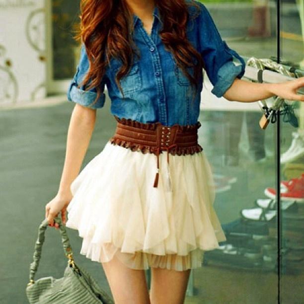 DÍA. Camisa tela de jean. Falda de boleros blanca. Correa a la cintura.