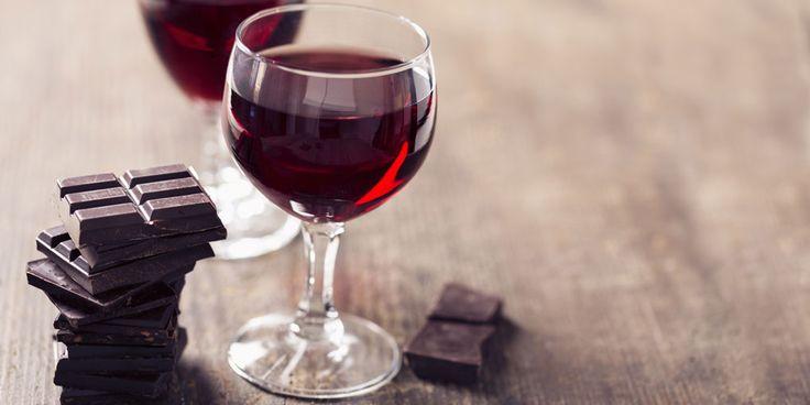 Wie fan is van chocolade en wijn kan dit nieuwe drankje van budgetsupermarkt Aldi vast waarderen: de Rubis Chocolate Non Vintage wijn. De wijn heeft een chocoladesmaak en bevat een vleugje fruit en gedroogde vijgen. De chocoladewijn heeft de tweede plek weten te behalen bij een grote, internationale wedstrijd. Wie 'm wil proeven, moet wel…