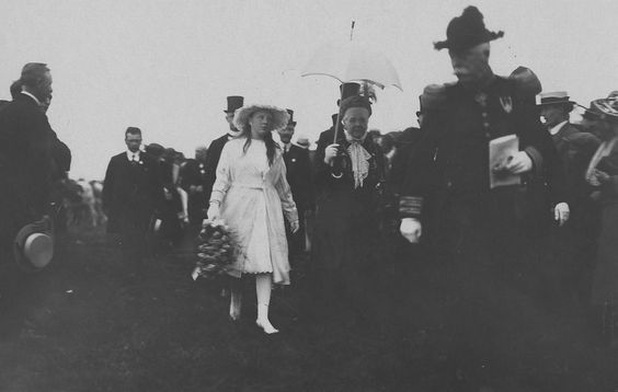 Koningin Emma met kleindochter prinses Juliana, ca. 1920