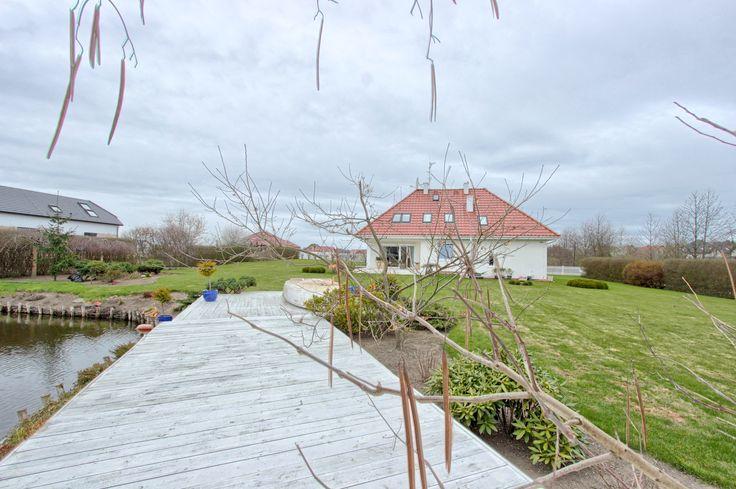 Piękny, nowoczesny dom położony na malowniczej działce z jeziorkiem! Już teraz dostępny w ofercie In.House