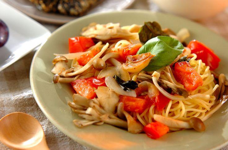 キノコをたっぷりと使ったスパゲティー。トマトの酸味とバジルの香りも広がります。たっぷりキノコのスパゲティー/杉本 亜希子のレシピ。[洋食/麺料理(パスタ等)]2015.08.31公開のレシピです。