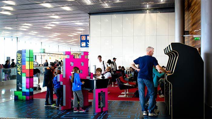 Les bornes d'arcade Neo Legend au terminal Sud Hall A d'Orly - L'objectif de Paris Aéroport consiste à animer le temps d'attente des passagers, à transformer leur passage en parcours expérientiel et à créer de la convivialité et du partage entre générations.