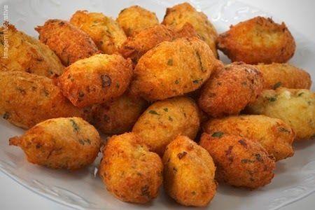 BOLINHOS DE BACALHAU Ingredientes: 300g de bacalhau dessalgado e desfiado 300 gr de batata cozida e esmagada Sal e pimenta do...