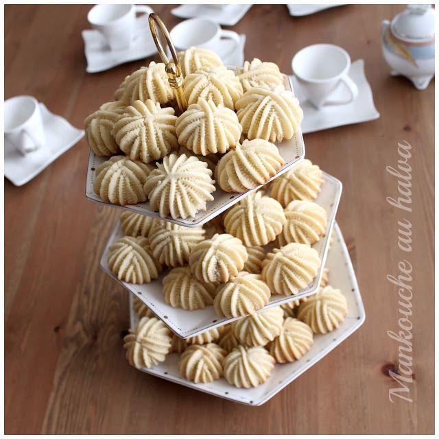 Dans la même lancée, voici encore une pâtisserie sablée, décorée à la pince et fourrée au halva. Ces petits gâteaux à la fois simple à r...