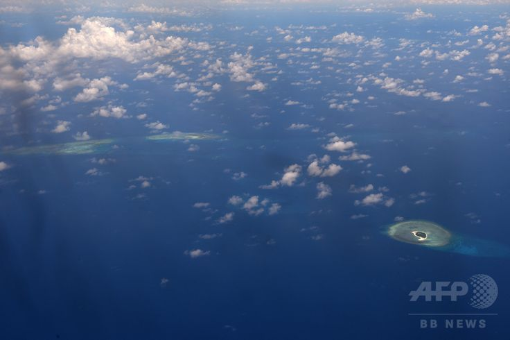 中国が実効支配を主張する南沙諸島(英語名:スプラトリー諸島 Spratly Islands 南沙群岛 Kapuluang Spratly 南沙群島 Quần đảo Trường Sa 스프래틀리 군도 Kepulauan Spratly หมู่เกาะสแปรตลี )にある岩礁(2017年4月21日撮影)。(c)AFP/Ted ALJIBE ▼7Aug2017AFP|米・豪・日外相、中国の人工島造成を改めて非難 南シナ海問題 http://www.afpbb.com/articles/-/3138436