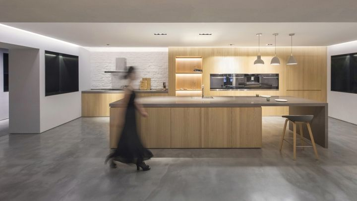 The main display area is organized as a series of white huts, each presenting an ideal kitchen: minimalistic white, total black, rustic country and modern American. Lukstudio has placed these volumes carefully, carving out strategic openings to create a visual dialogue with one's movement.