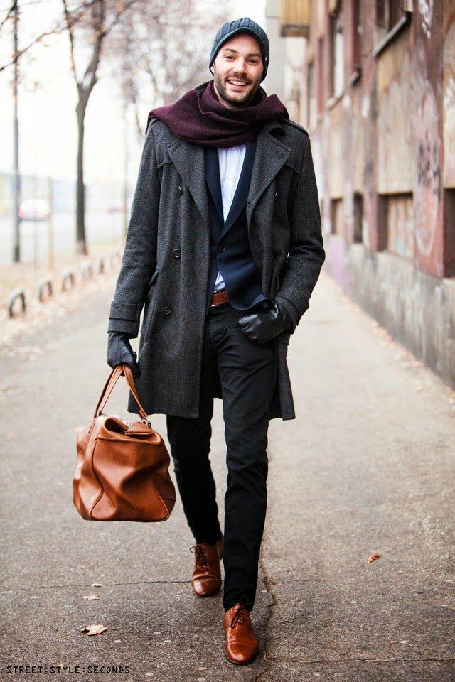 Den Look kaufen: https://lookastic.de/herrenmode/wie-kombinieren/mantel-sakko-langarmhemd-anzughose-oxford-schuhe-sporttasche-muetze-schal-guertel-handschuhe/5859 — Dunkelblaue Mütze — Dunkellila Schal — Hellblaues Langarmhemd — Dunkelblaues Sakko — Rotbrauner Ledergürtel — Dunkelgrauer Mantel — Schwarze Lederhandschuhe — Schwarze Anzughose — Rotbraune Leder Sporttasche — Rotbraune Leder Oxford Schuhe